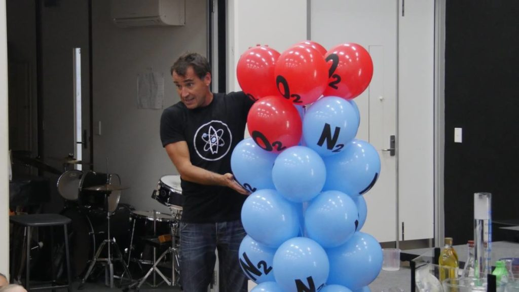 Surfing Scientist Ruben Meerman explains atoms to students.