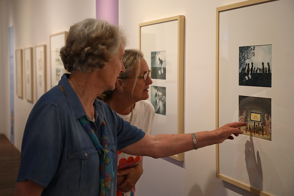 EXHIBITION: Curator Penelope Jackson with Dame Lynley Dodd at BRAG.